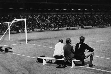 John Hedin på bänken. En av bilderna i Fotboll - En kärlekshistoria.